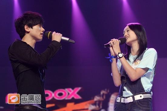 张杰跟长腿美女合唱《你最珍贵》