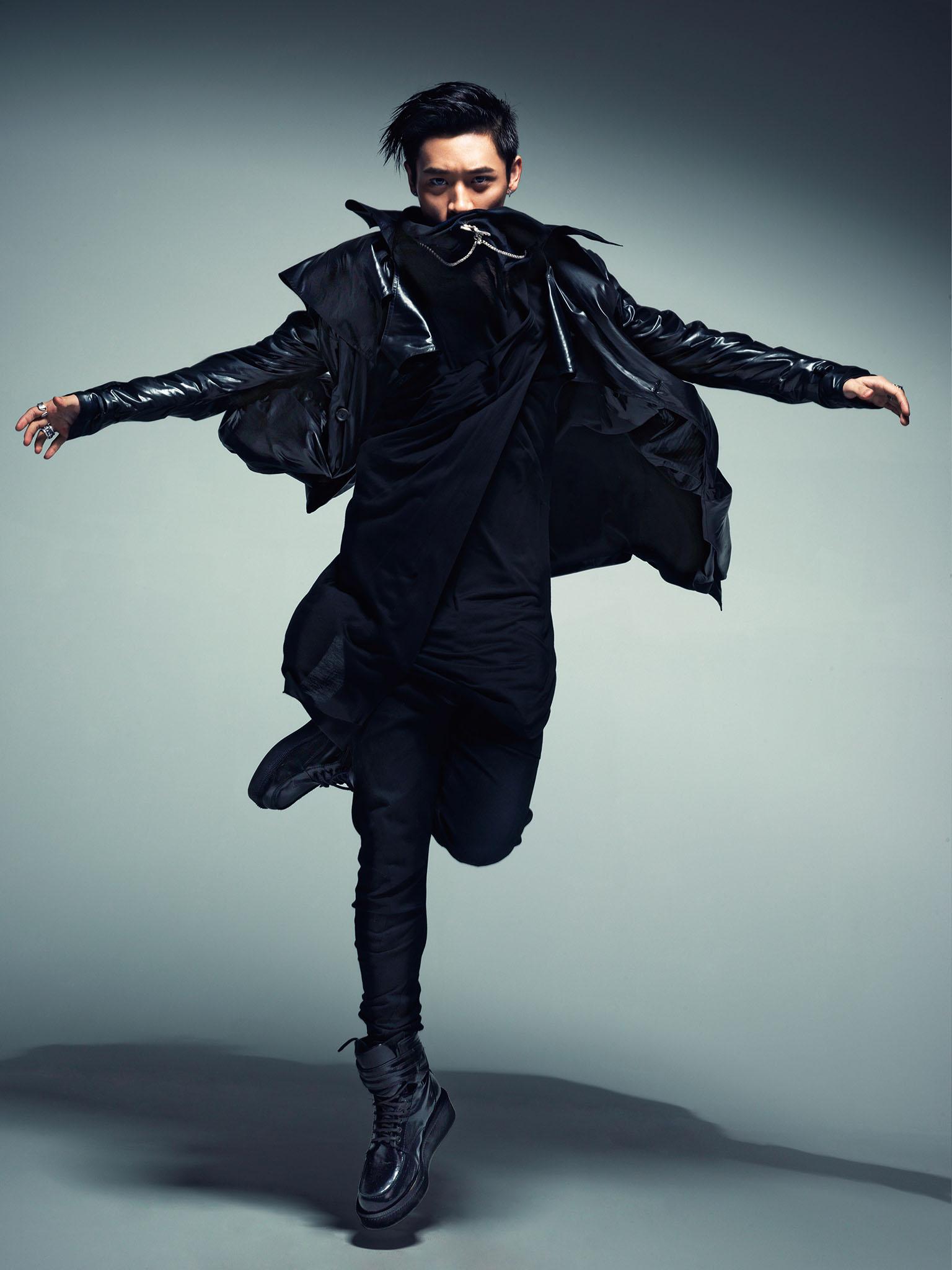搭配深灰色呢大衣,令魏晨充满时尚感且不失男人味;另